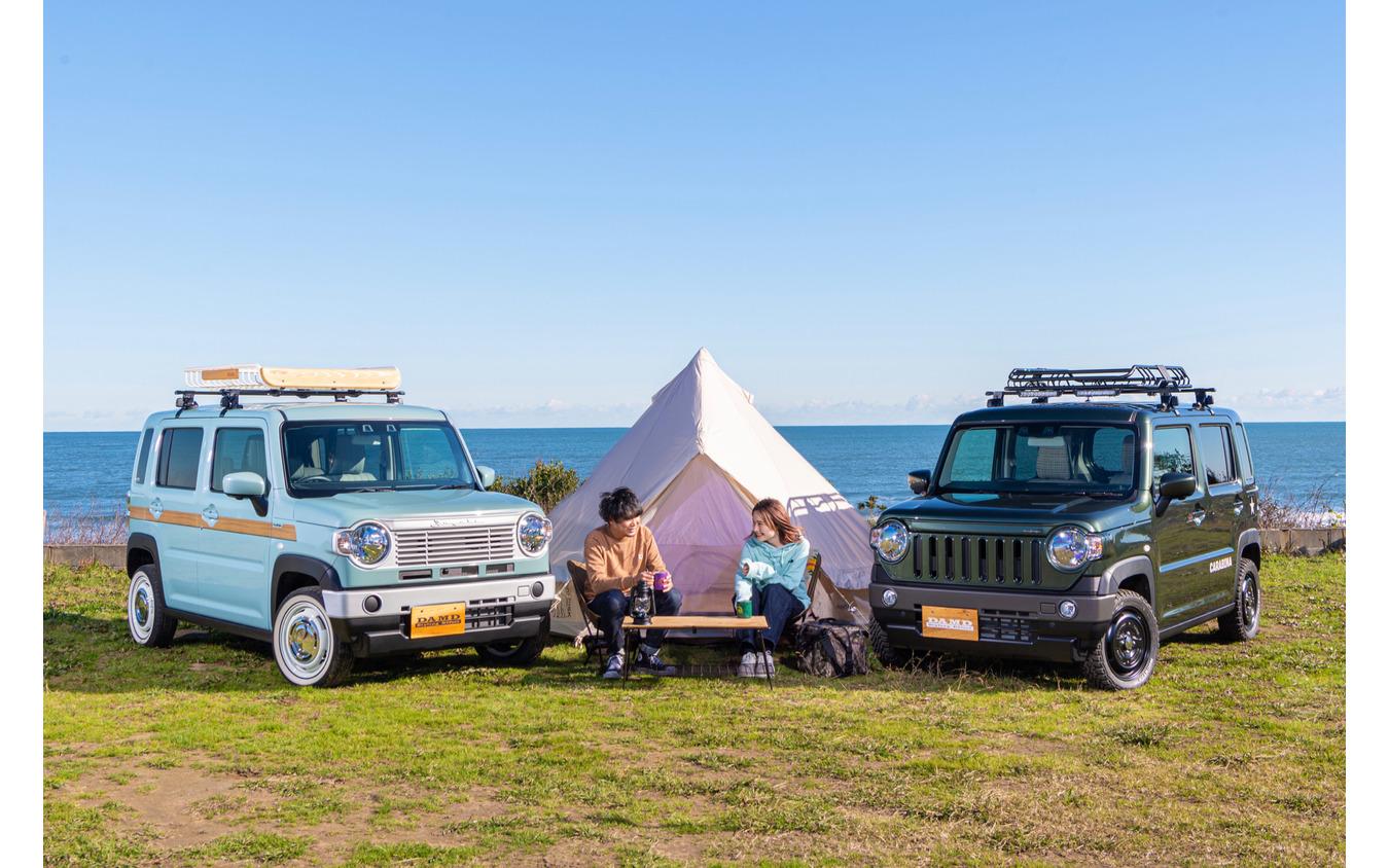 ハスラー・クラシコ(左)とハスラー・カラビナ(右)でキャンプに繰り出せば、テントを張るだけであっという間に雰囲気抜群の空間に