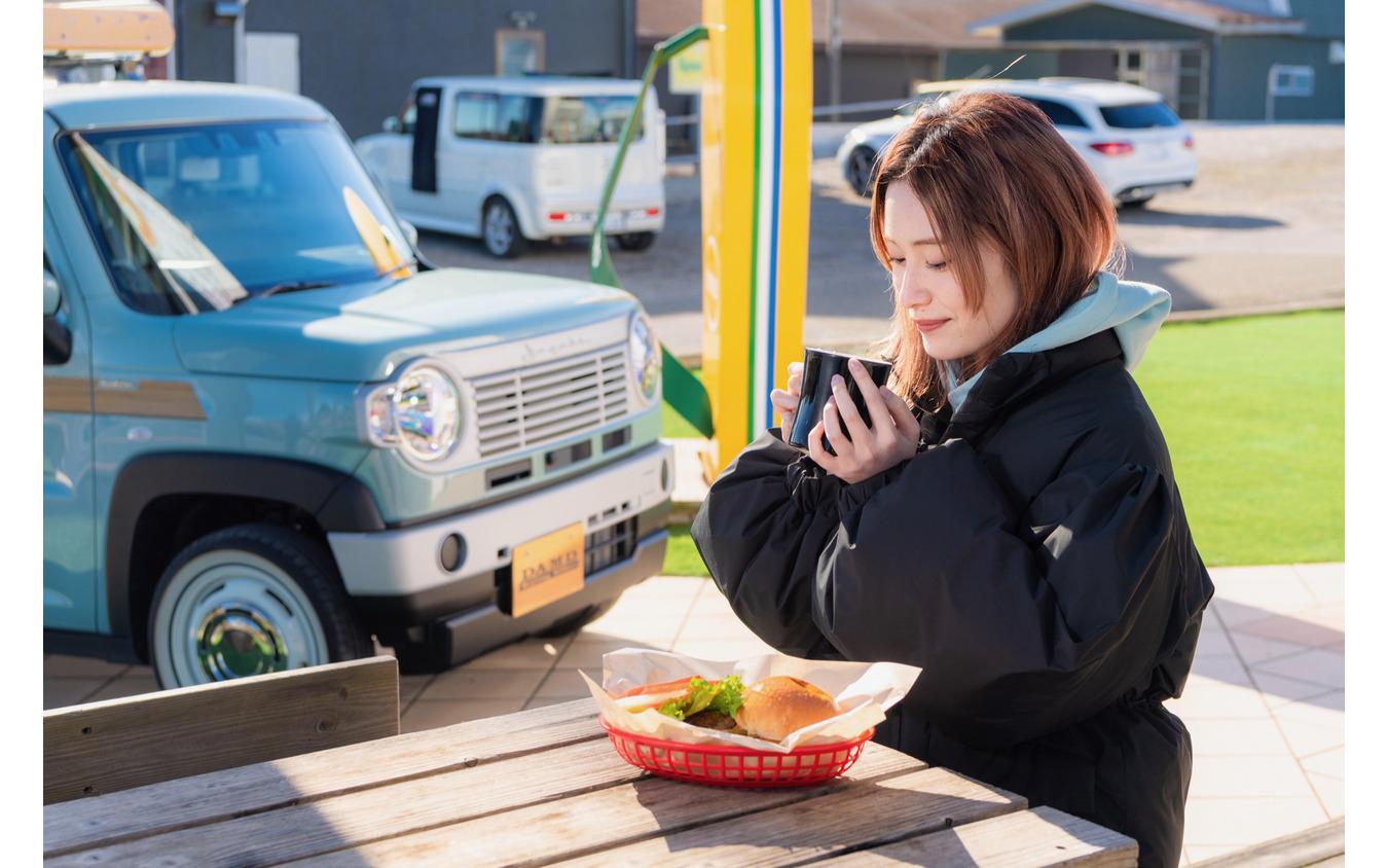 ハンバーガーを食べながら、コーヒーを飲んで一休み、ハスラー・クラシコもどこか楽しげな表情に見える