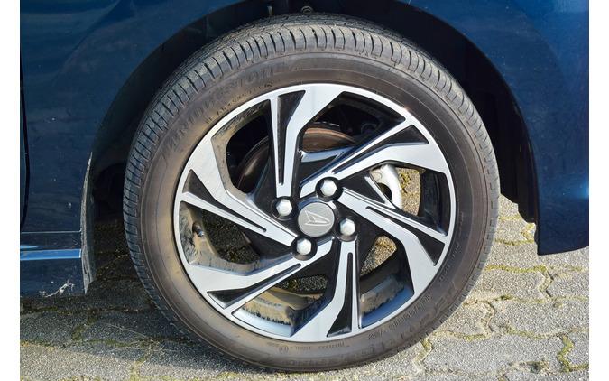 タイヤは165/55R15サイズのごく一般的なブリヂストン「エコピアEP150」。軽サイズの55タイヤはクッション圧が薄く、乗り心地はネガティブ。