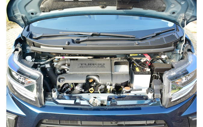 エンジンルーム。ターボ車のご多分に漏れず補器類でぎっしり。