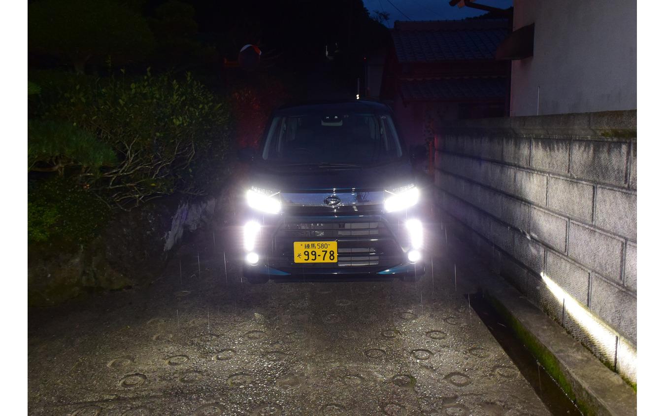 せっかく軽自動車に乗っているのだからと、大阪と奈良を結ぶ狭隘国道、暗峠を通る。BMW「523d M Sport」で通過した時はミラーを畳んでも左右数センチしか余裕がなく、一歩間違うと擦るという極限状態であったが、軽自動車ならノーストレスだ。