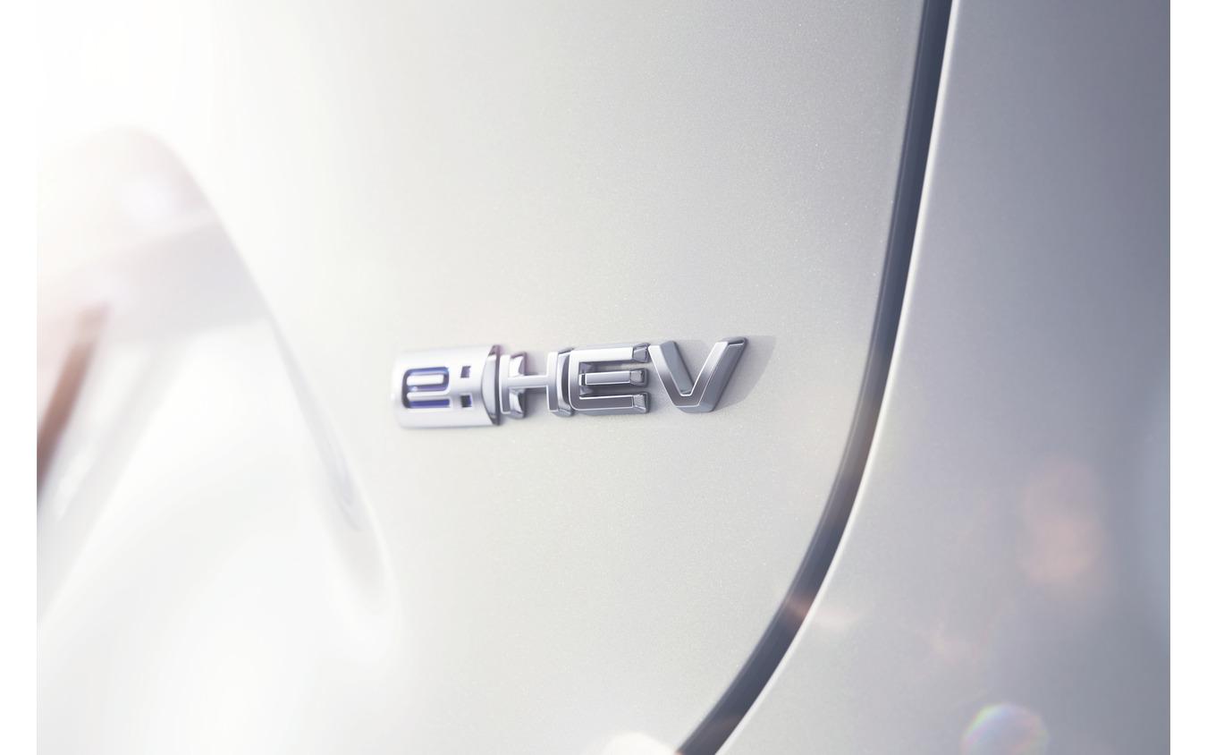 新型ヴェゼル e:HEVのエンブレム