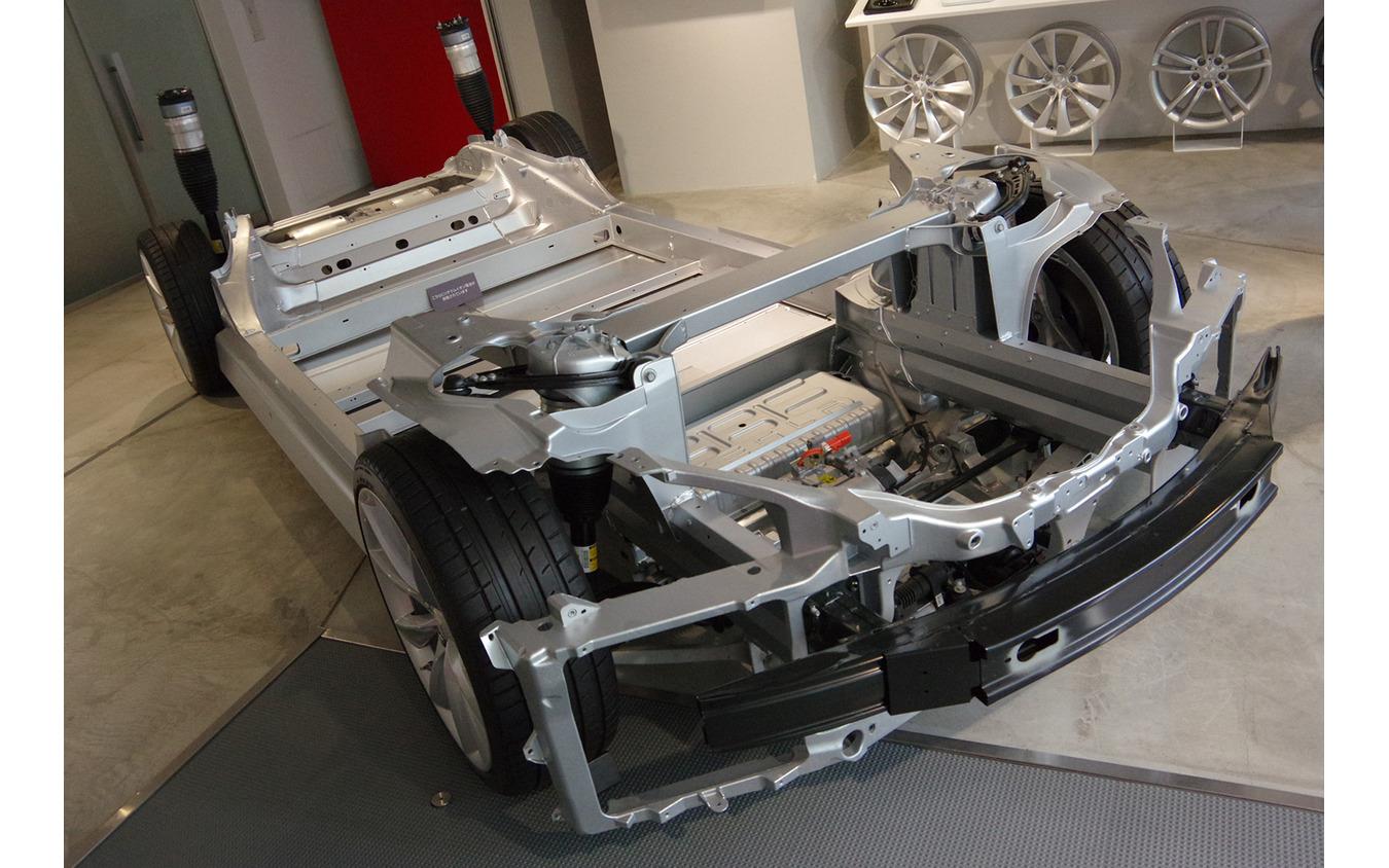 テスラ モデルSのボディフレームと敷き詰められたバッテリー