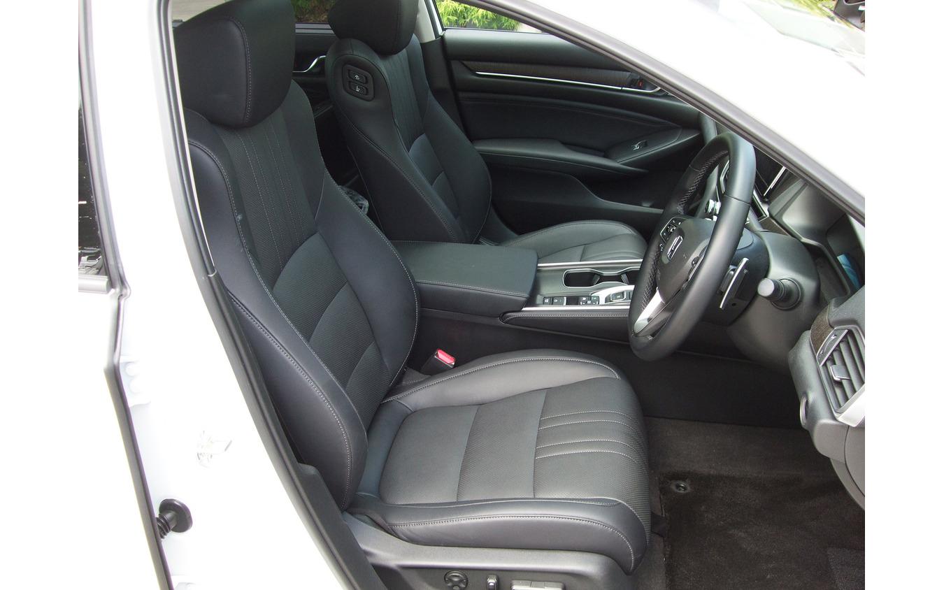 フロントシート。厚みは十分で、疲労蓄積はミッドサイズの基準を十分クリアしていた。