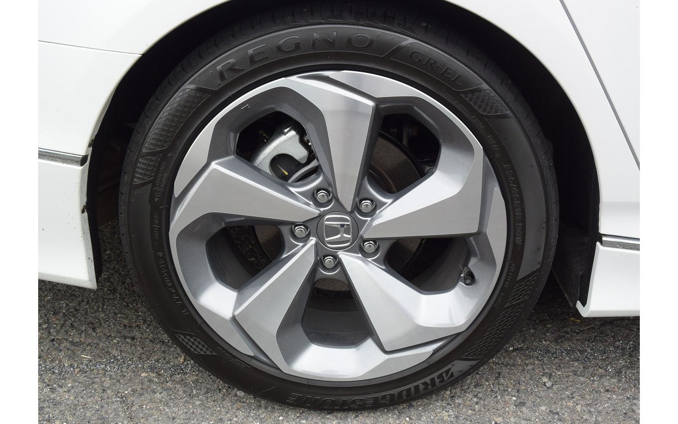 装着タイヤは235/45R18サイズのブリヂストン「REGNO GR-EL」。コンフォート性重視のタイヤだが、サイズがサイズだけにグリップ力は十分。