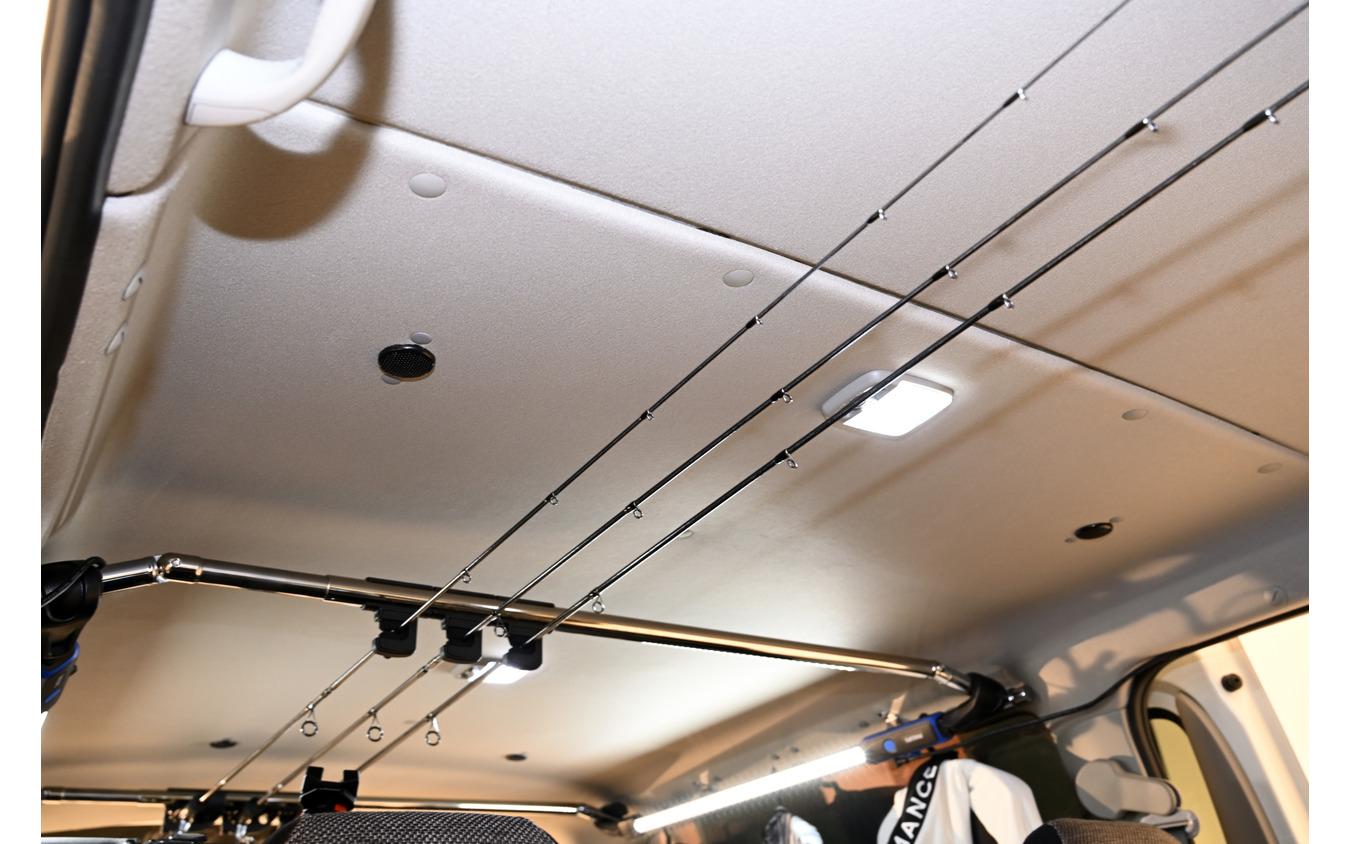 天井に設置された「サーフェススピーカー」
