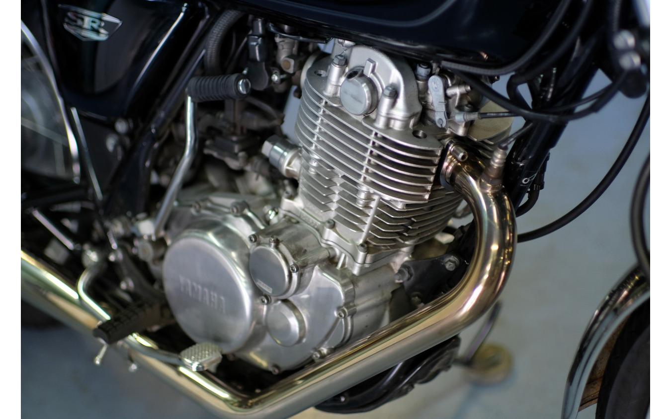 必要にして十分な性能と空冷単気筒ならではの機能美で多くのライダーを魅了するエンジン。2009年に燃料供給方式がキャブレターからフューエルインジェクションに変更されるという大きな変革があったが、ボア×ストローク比などのプロファイルは43年間不変だ。