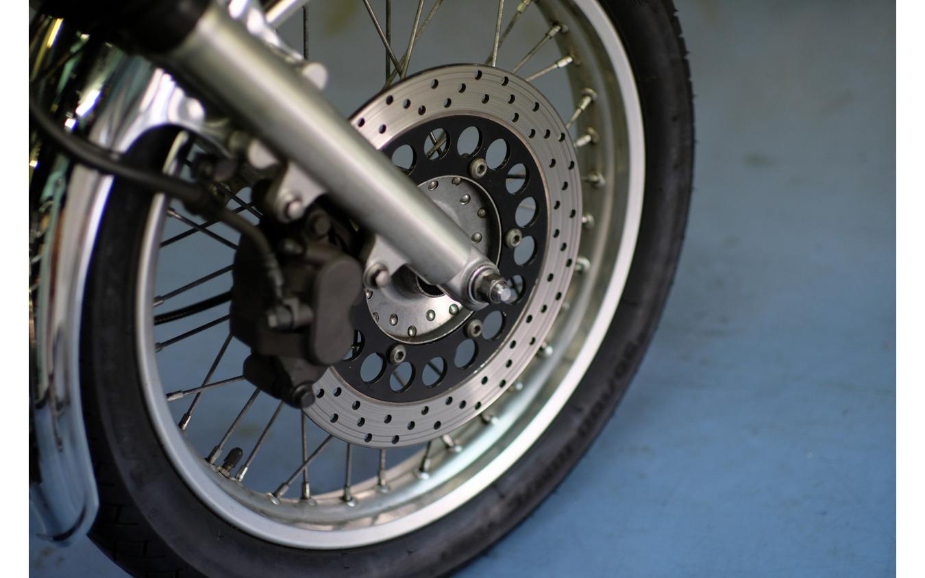78年発売の初期モデルはディスクブレーキが採用されていたが、85年にドラムブレーキへと「逆進化」。その後、2001年から再びディスクブレーキが採用された。