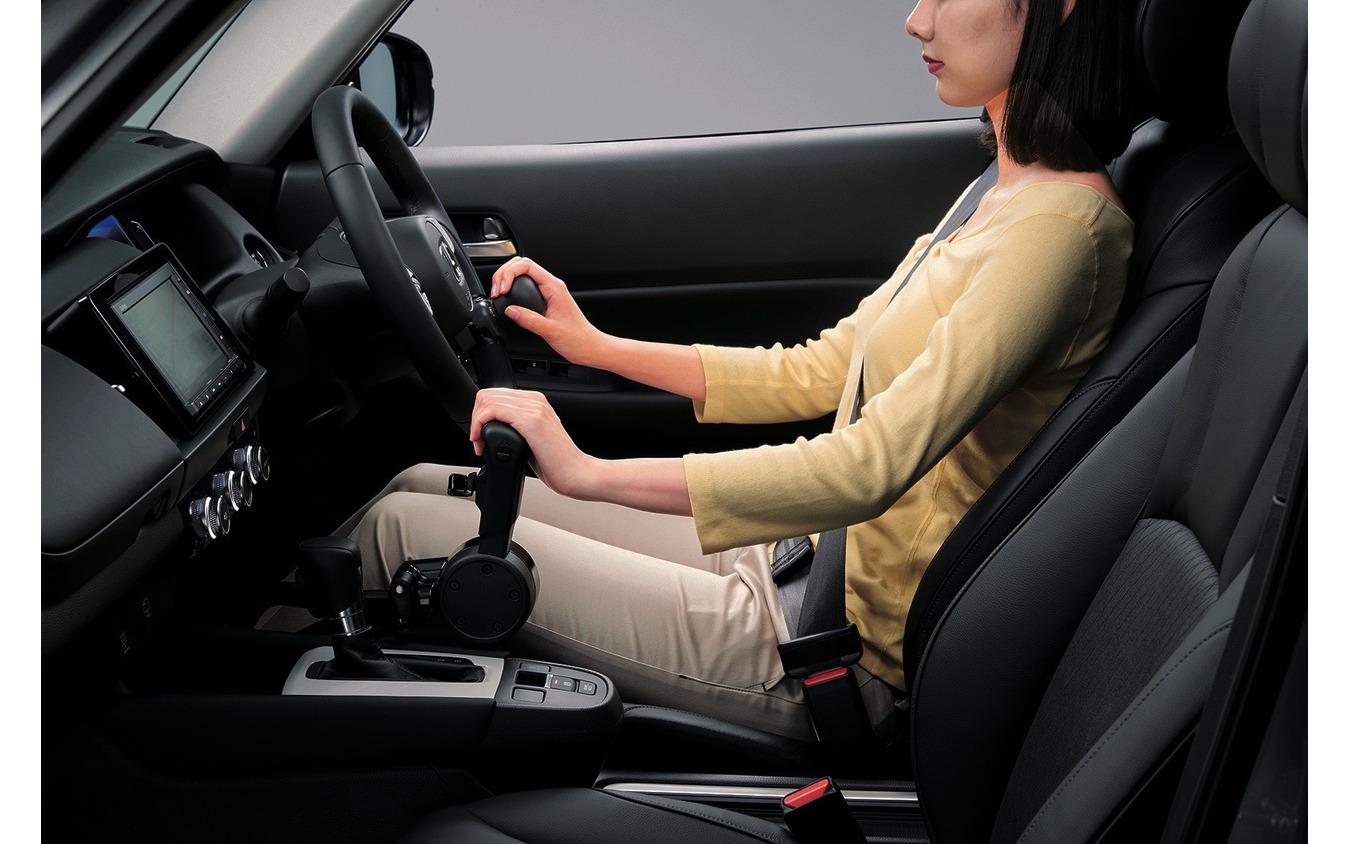 フィット「Honda・テックマチックシステム」。手動運転補助装置〈Dタイプ〉、ハンドル旋回ノブ〈Aタイプ〉(2020年)