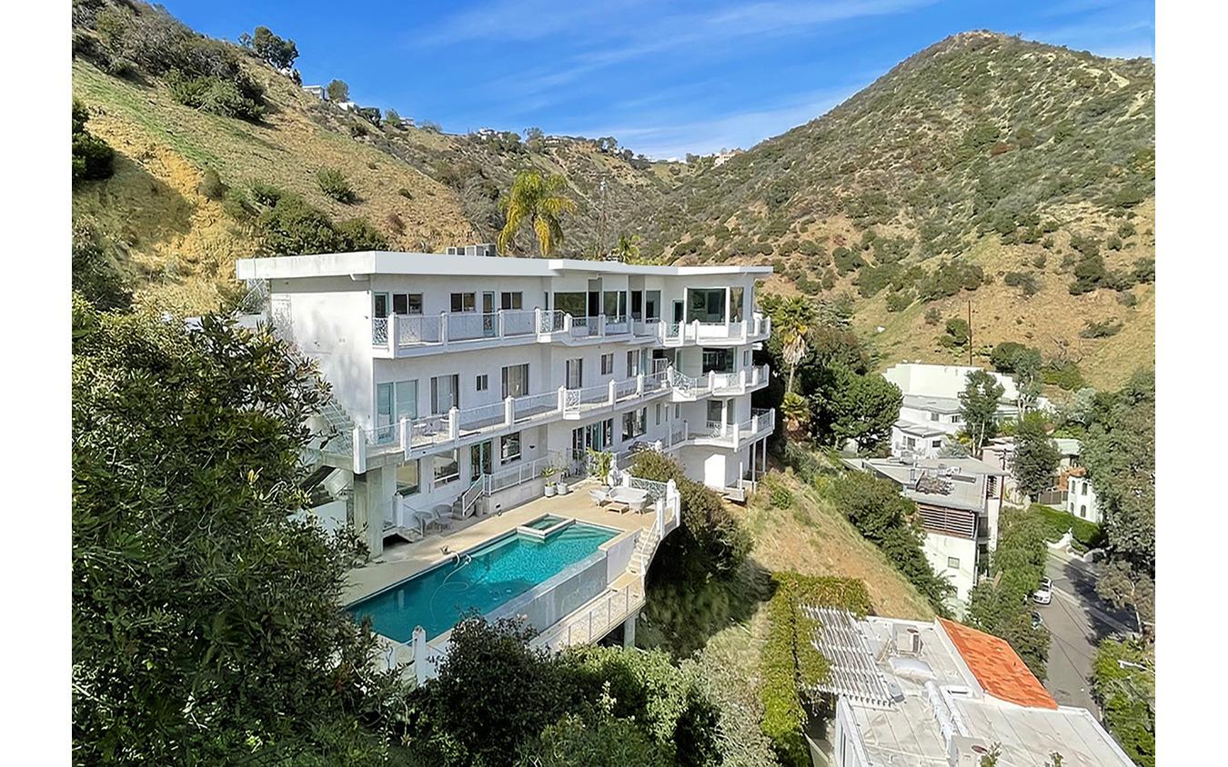 HHCPの社屋はハリウッドの街の北側の崖の上に建つ。プール付きのマンションで、その1~2階の4部屋をデザインスタジオにしている。