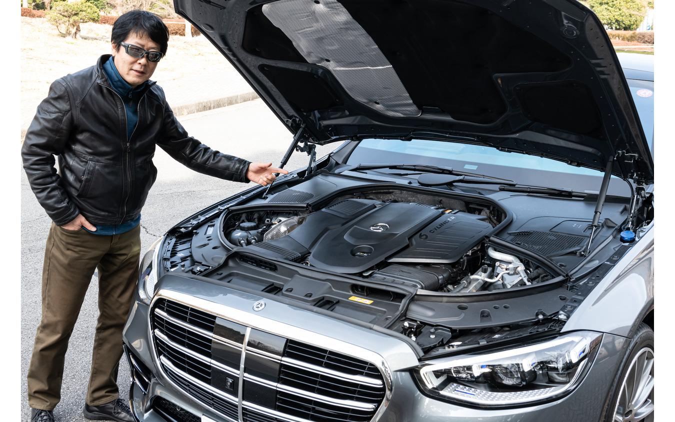 エンジン型式OM656 を確認する中谷明彦氏