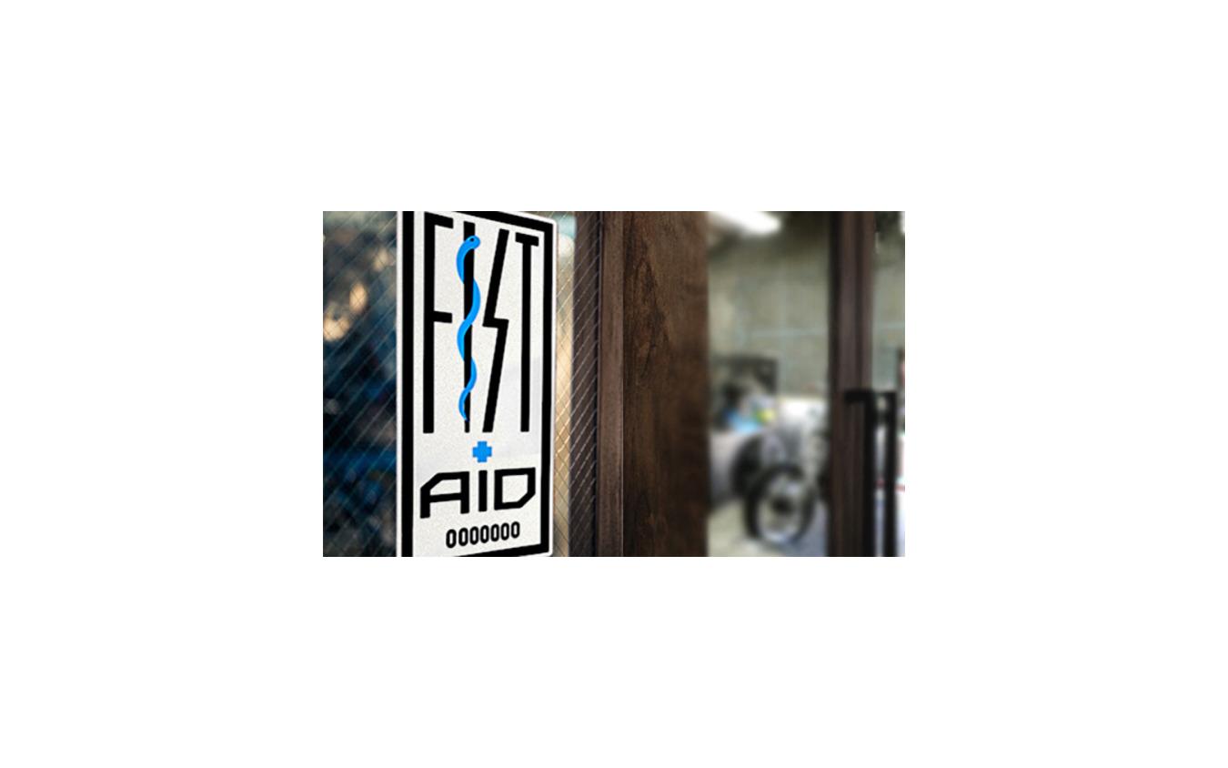 Lサイズのステッカーは玄関やガレージなど、外から見えるところに貼って欲しい、と話す。