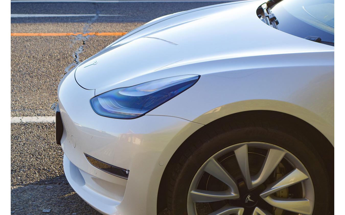 テスラ モデル3 ロングレンジAWD。フロントエンドはきわめて空力的に成形されていた。