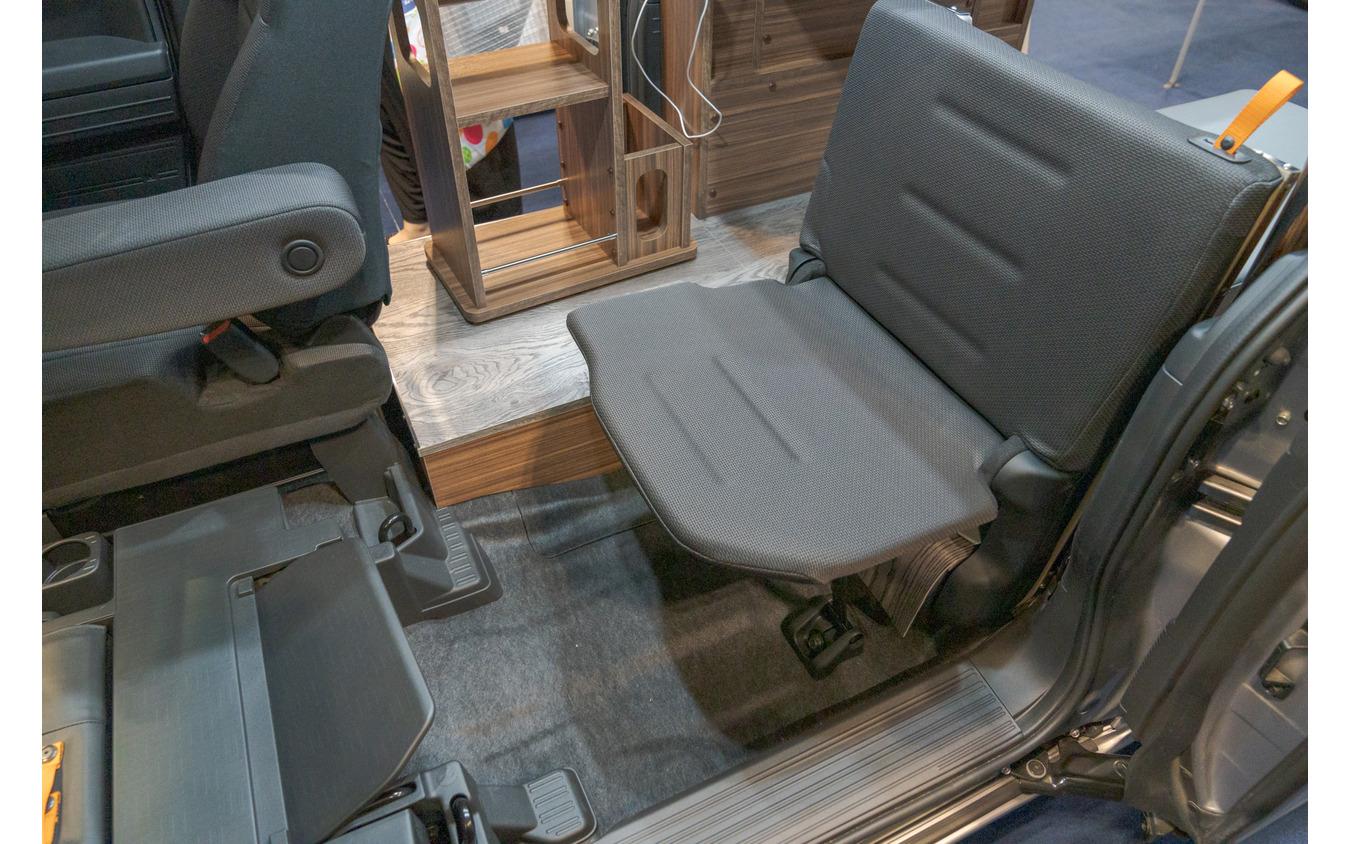 助手席の後ろのシートは、床の下に隠れているが、組み立てれば利用できるので、3人での移動が可能になる。