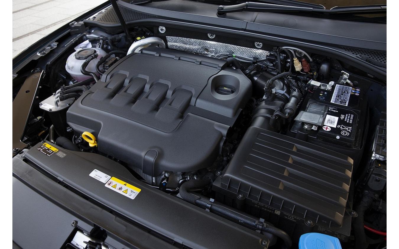 VW パサート エンジンルーム