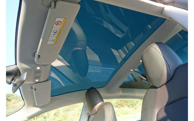 グラストップは車内を明るくするのに大いに貢献した。ただし夏季はそれなりに暑さを感じるであろう。