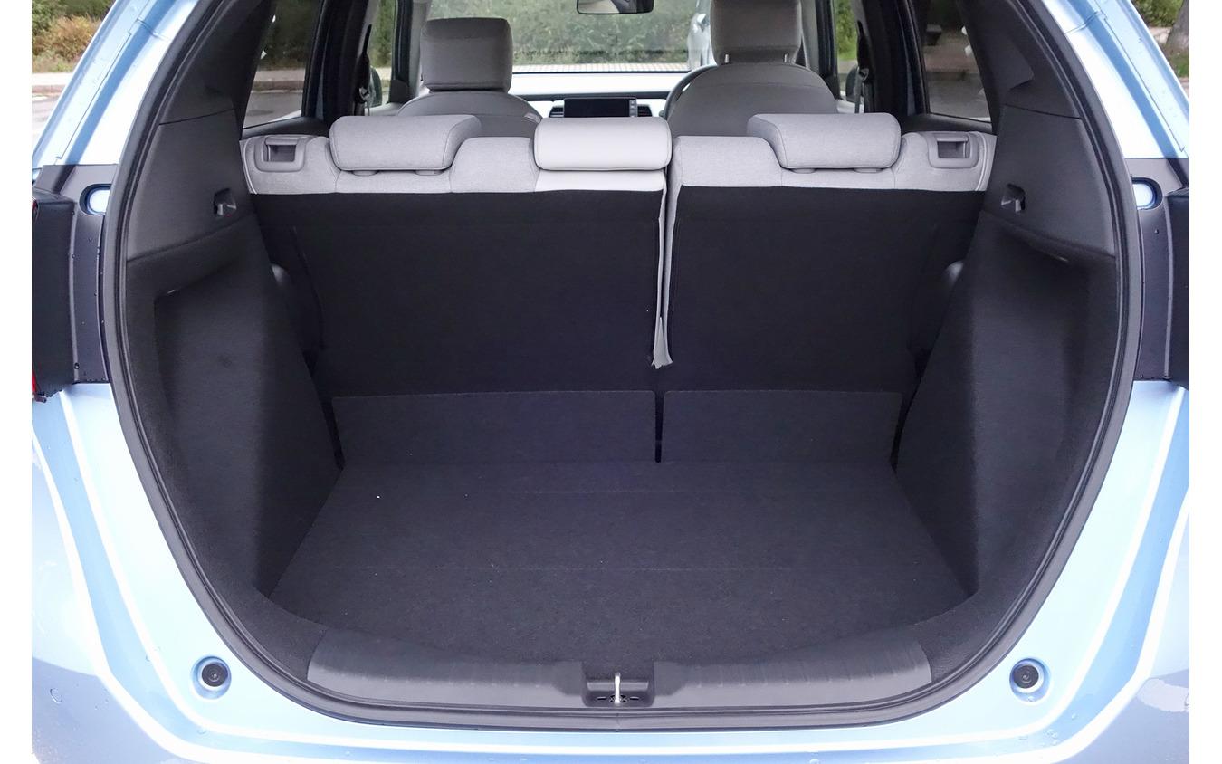 荷室は容量が大きく、形状的にも使いやすい。全長4mの低車高モデルとしては最大の収容力で、用途によっては小型ステーションワゴンの代わりもある程度務まるという感があった。