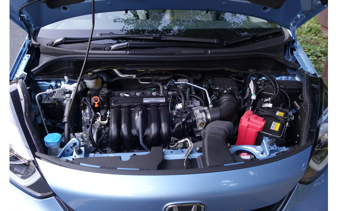1.3リットル直4ミラーサイクルエンジンは普通に走るには十分な性能だが、燃費はあと1割くらい伸びてほしい。高出力の1.5リットルエンジンは搭載されなかった。