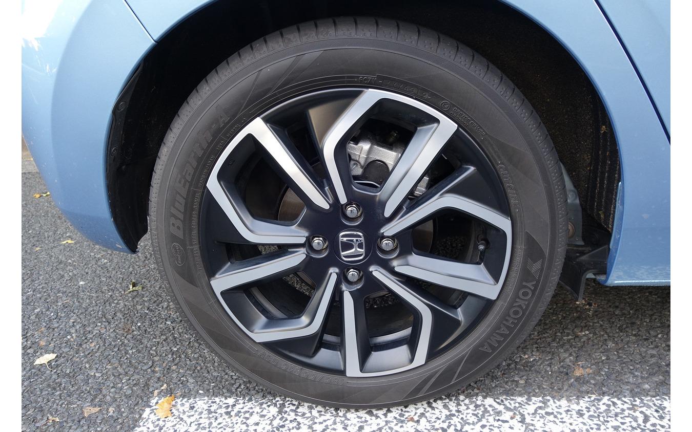 試乗車には185/55R16タイヤ+16インチアルミホイールが装備されていたが、乗り心地や維持費の点では標準の185/60R15+15インチスチールホイールのほうがいいだろう。