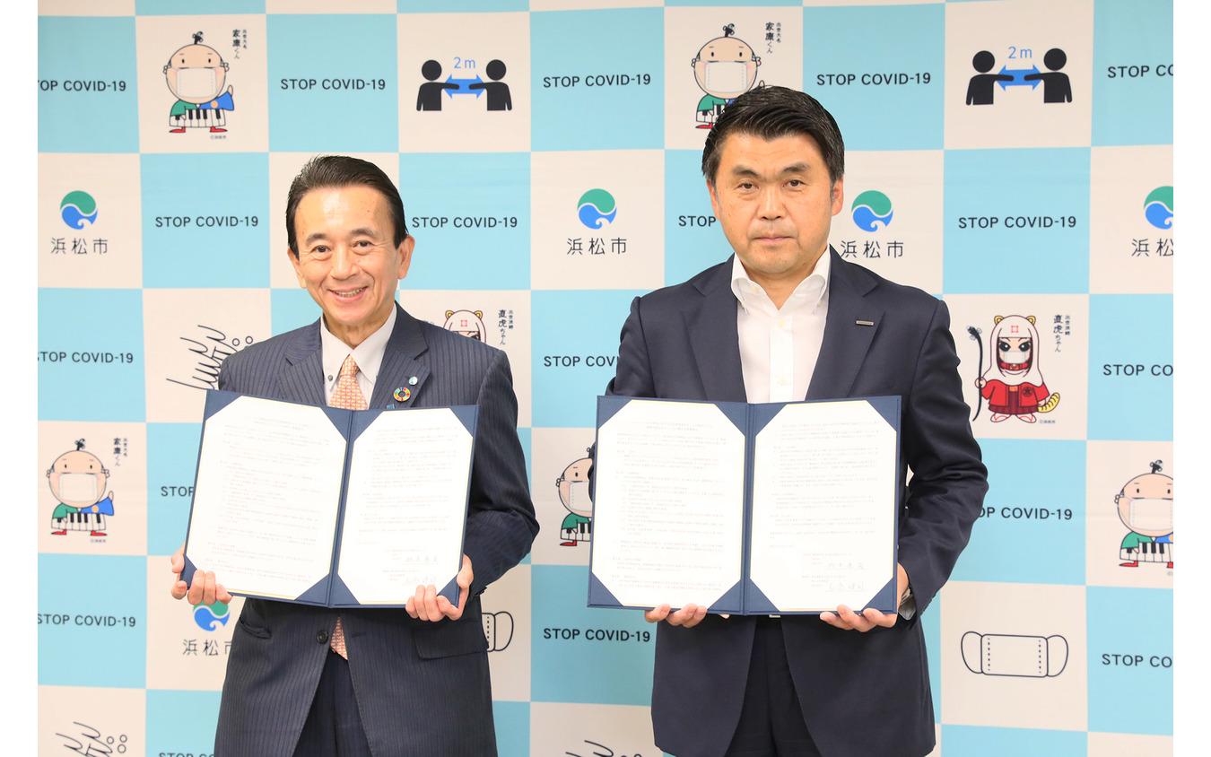 2020年10月23日におこなわれた博報堂と浜松市の連携協定締結式。鈴木康友浜松市長(左)と名倉健司博報堂執行役員