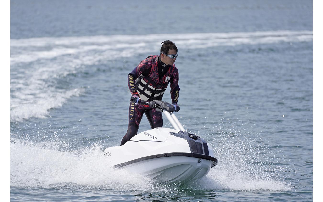 ヤマハの新型マリンジェット『SUPERJET(スーパージェット)』に試乗する青木タカオ氏