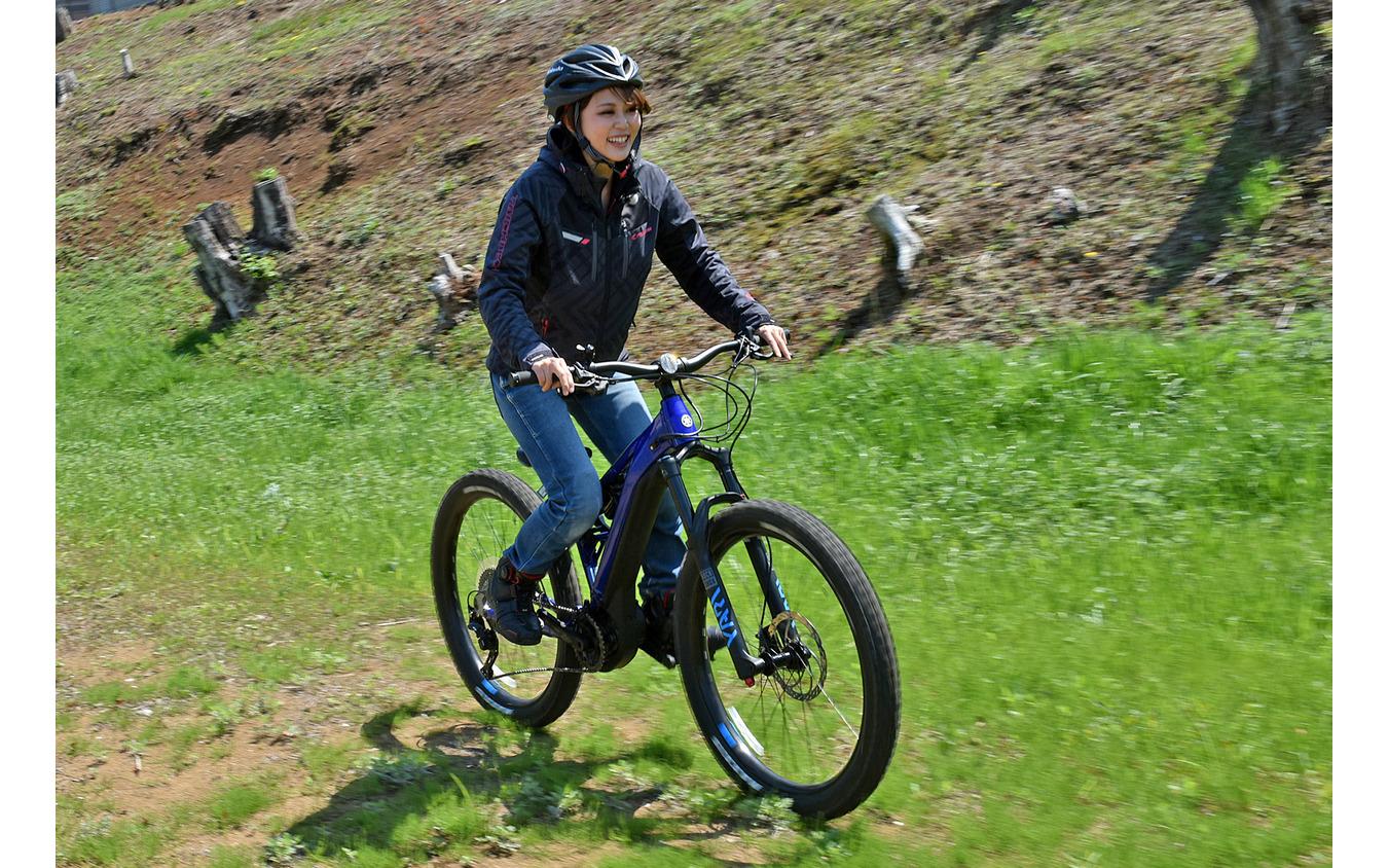 ヤマハのスポーツ電動アシスト自転車『YPJ-MT Pro』に小鳥遊レイラさんがプチ試乗