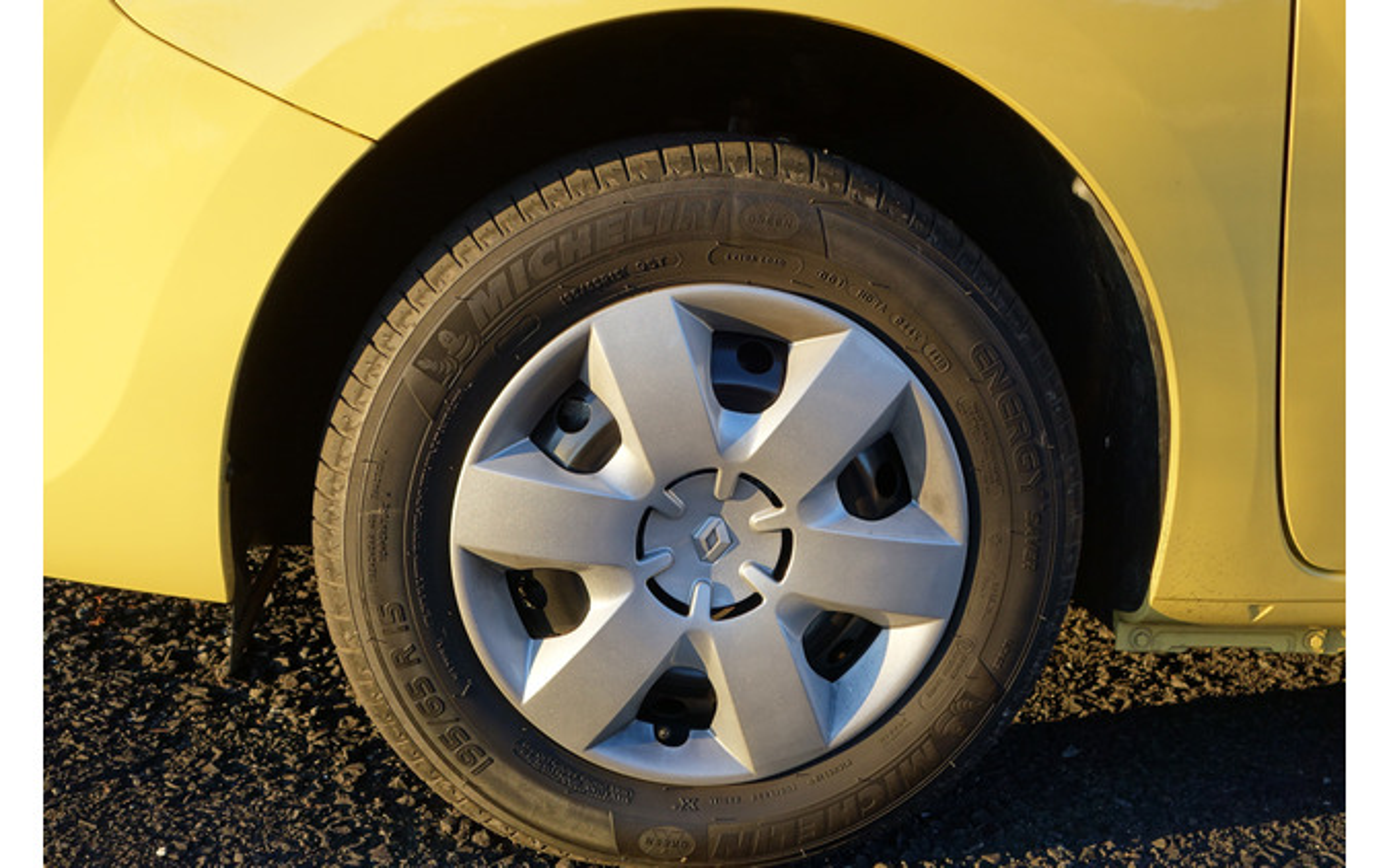 タイヤは195/65R15サイズのミシュラン「エナジーセイバー」。緩やかな滑り出しと粘りのあるグリップを見せる、良いタイヤだった。