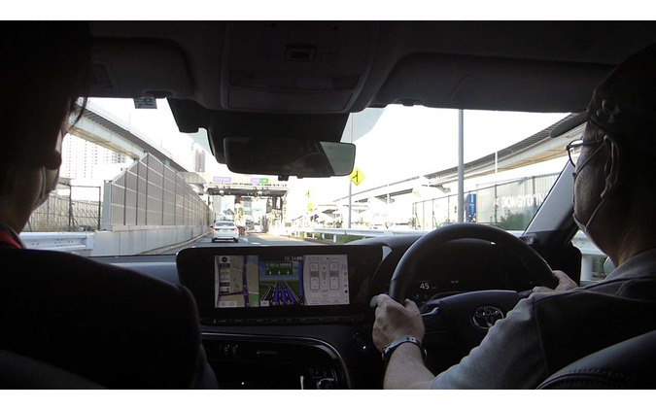 高速道路にミライで入路。この後、Advanced Driveの認識を求めるため、マスクを外して対応した