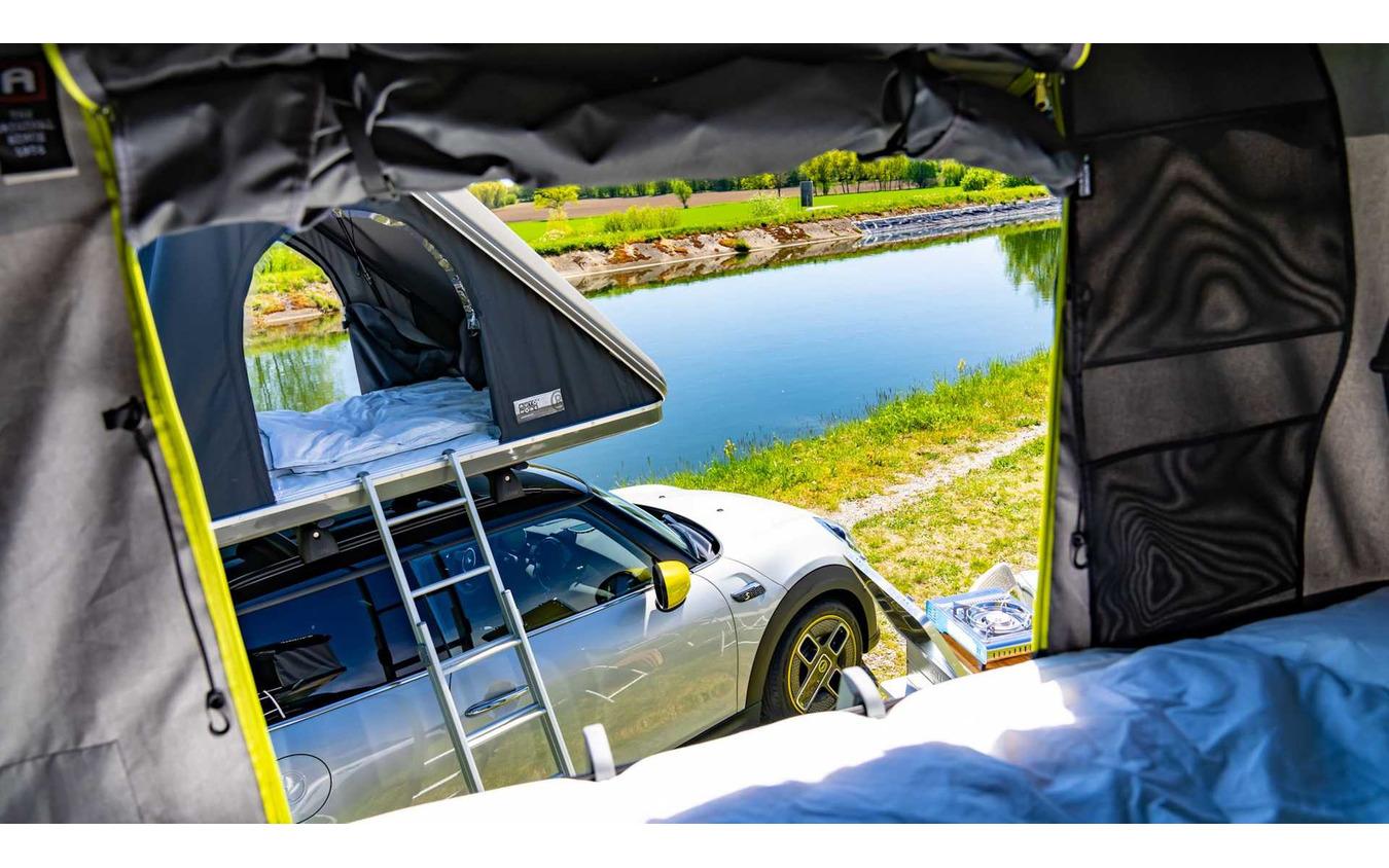 純正ルーフテントを装着したMINIの電動2車種。MINI『ハッチバック』のEVとMINI『カントリーマン』(日本名:MINI『クロスオーバー』)のPHV