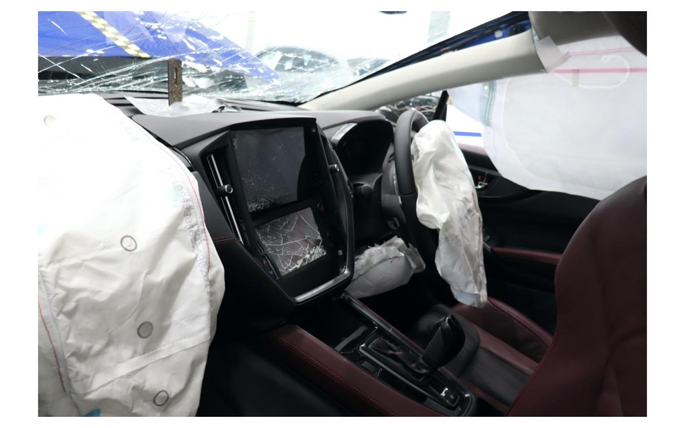 シートベルトをしていない後席乗員の頭がセンターコンソールを直撃。ナビ他が破壊されている。致命傷は不可避。