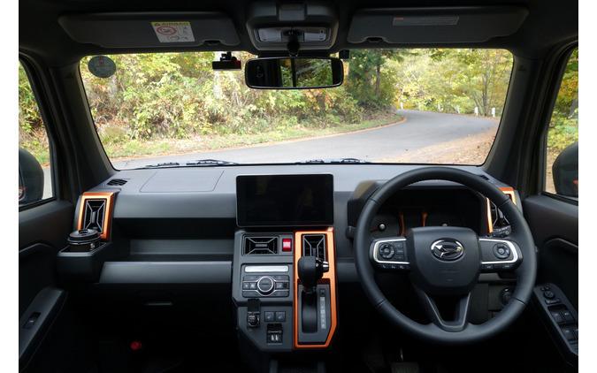 インパネ、ダッシュボードは無骨なデザインで、ちょっぴりオフローダー気分に浸れる。ただしディセンドブレーキなどのオフロード走行用装備はなし。