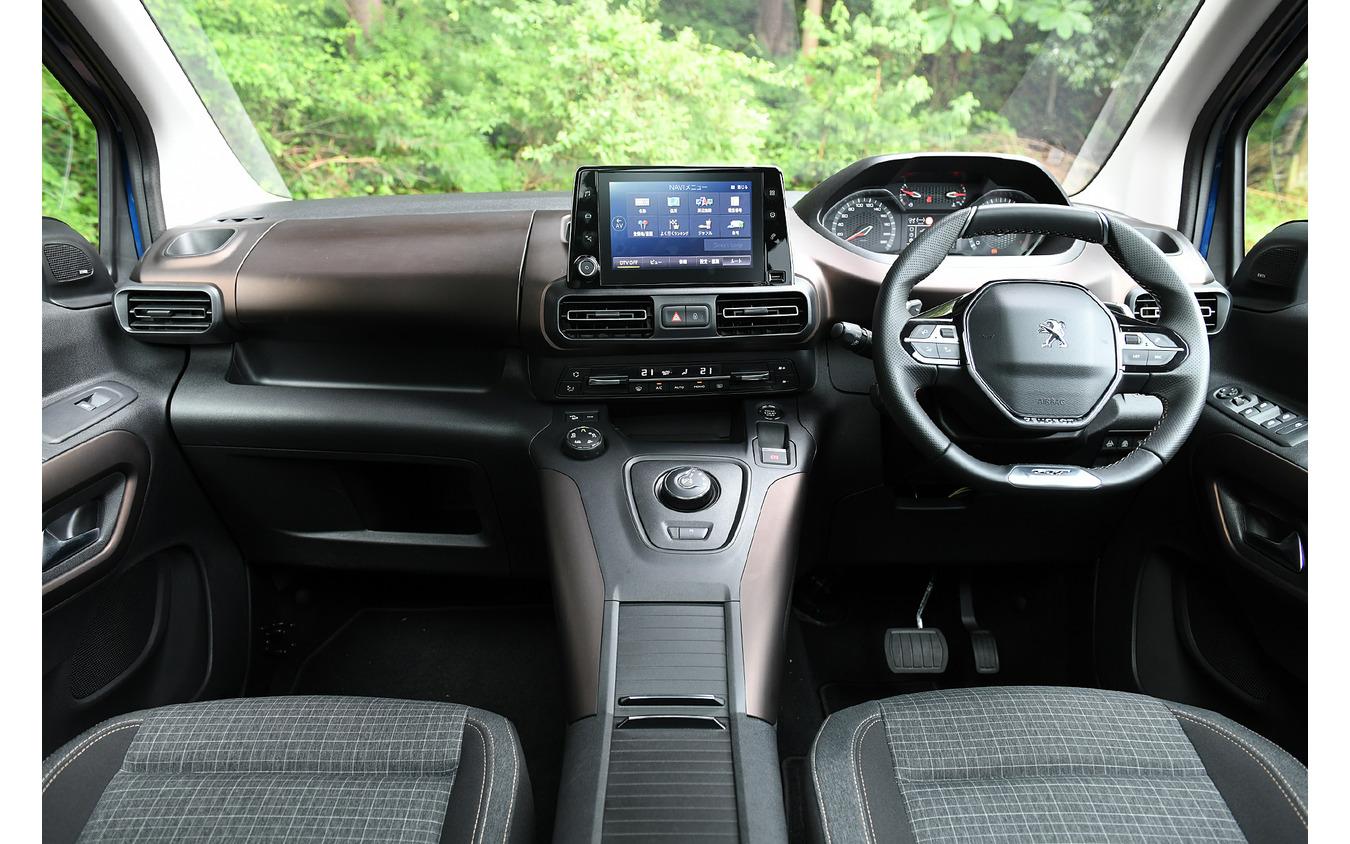 8インチナビモニタ(オプション25万4100円税込)は、センター最上段にレイアウト。i-Cockpitはハンドルとメーターの位置関係に視線の高さを合わせれば、違和感はなくなる。