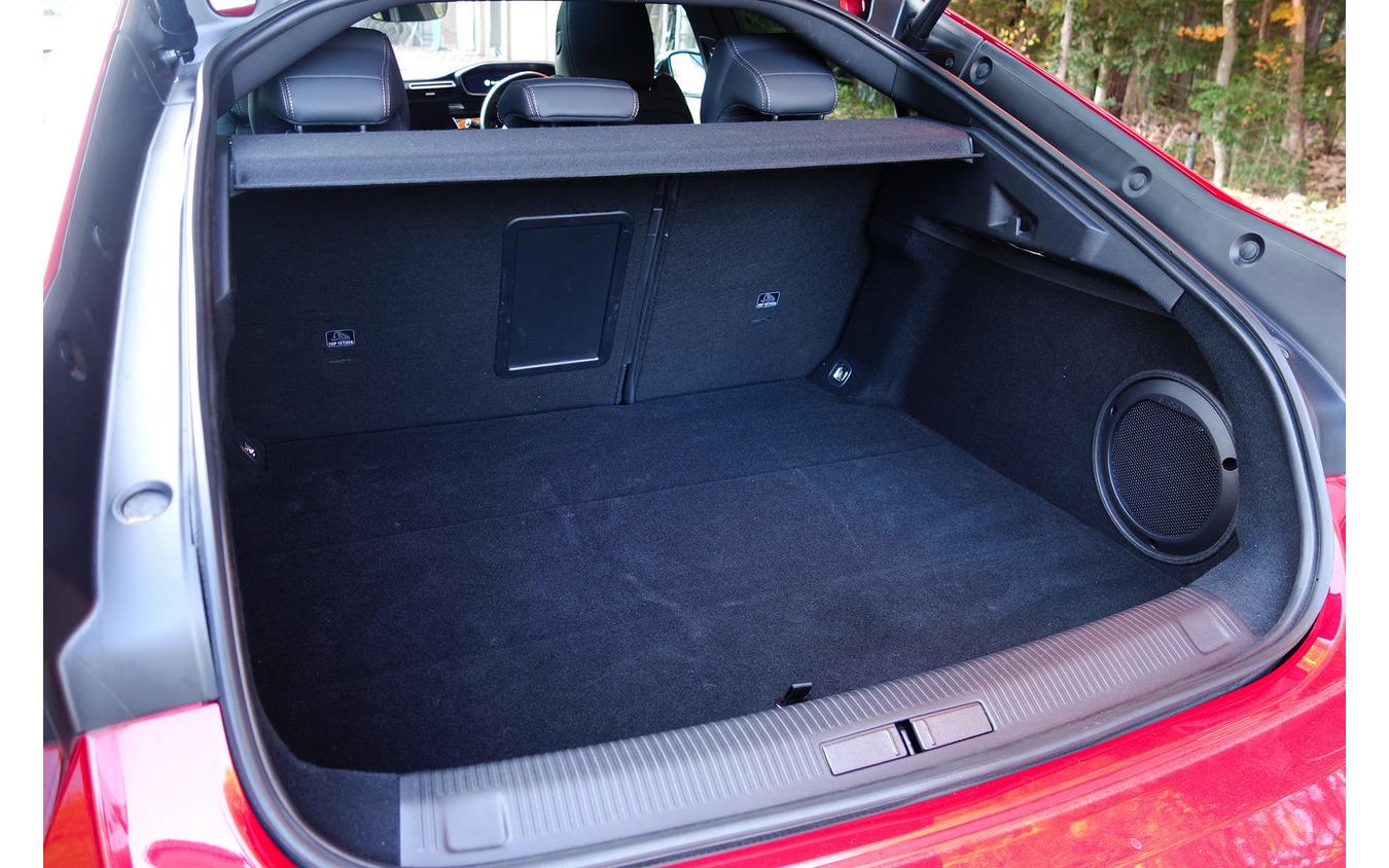 荷室はリフトバックのおかげで非常にアクセスしやすく、容量も十分。フォーカル社製スーパーウーファーが設置されている。