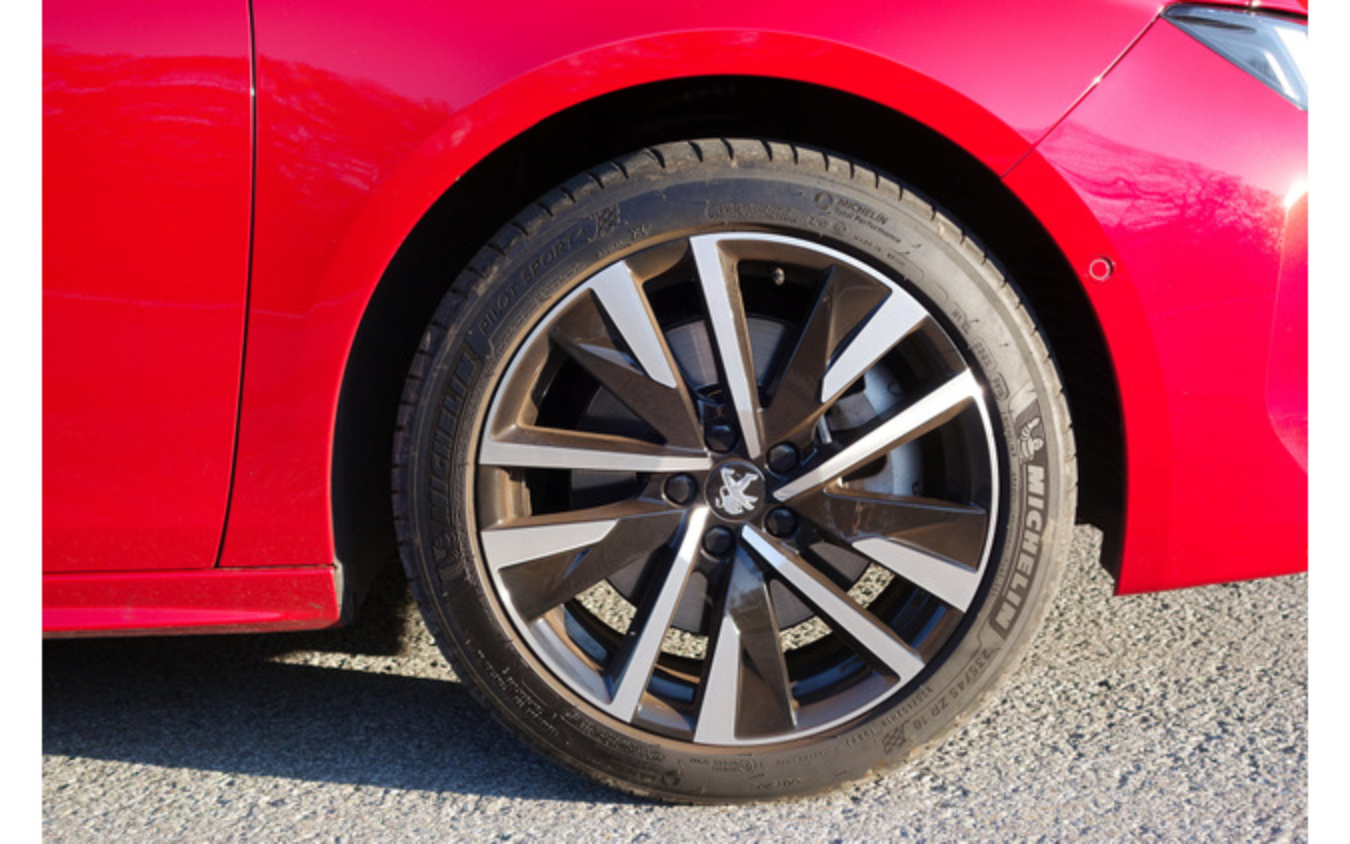 タイヤは235/45R18サイズのミシュラン「パイロットスポーツ4」。XL(高耐荷重モデル)だ。