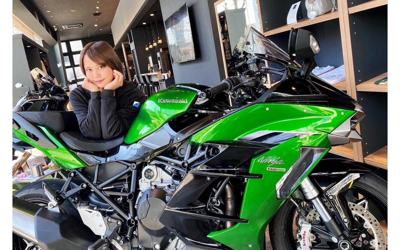カワサキ Ninja H2 SX SE+と小鳥遊レイラさん