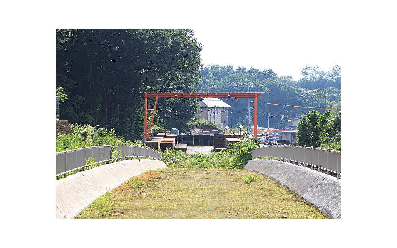 清陵高校前電停を背にし、鬼怒川橋りょうへむけて下っていく勾配をみる