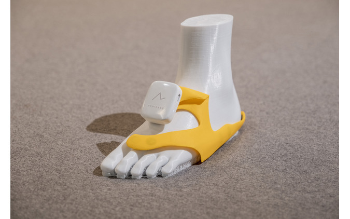 「あしらせ」のデバイス。黄色の部分は靴の中に取り付ける立体型のモーションセンサー付き振動デバイスになっている。