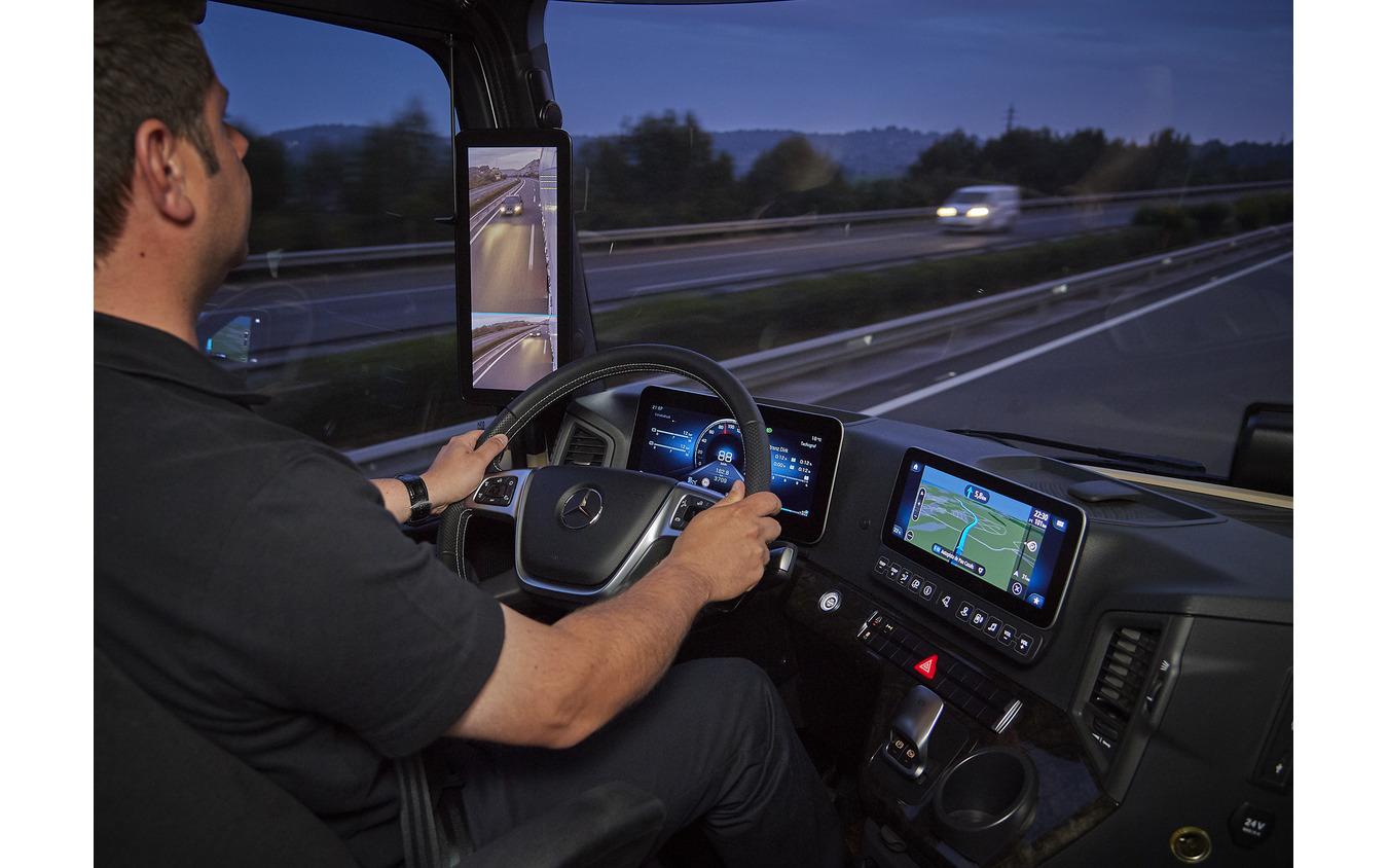 フルカラーのデジタルディスプレイとタッチスクリーンを採用したメルセデスベンツのトラック「アクトロス」