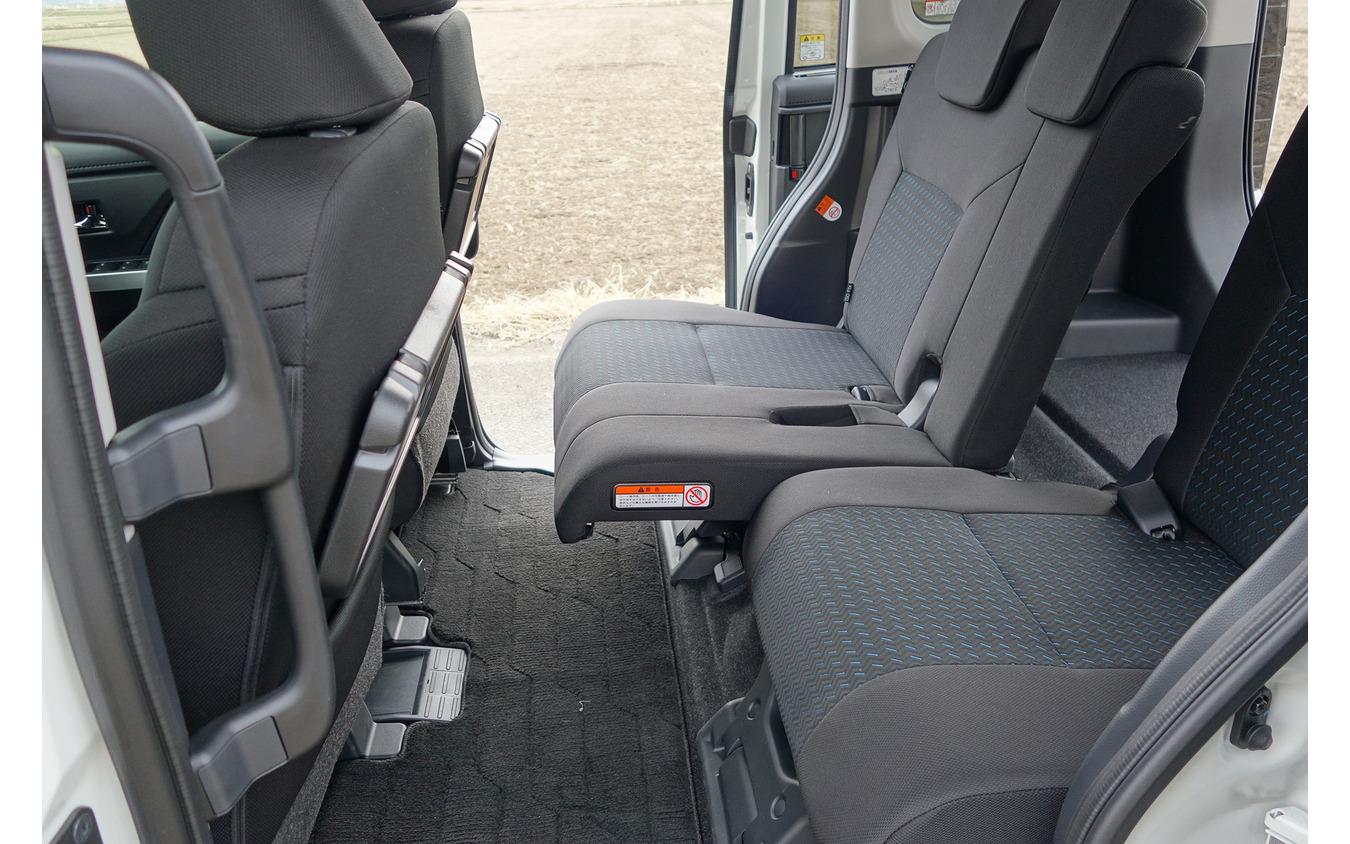 後席スライド量は非常に大きく、後席を倒さないときの荷室アレンジの自在度は高い。