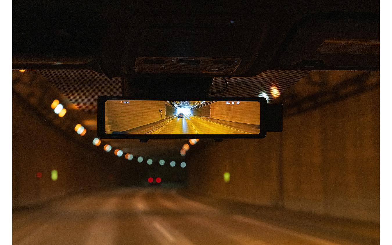 トンネル内のリアカメラ映像。プライバシーガラス装着車でもしっかりとした映像が映し出される