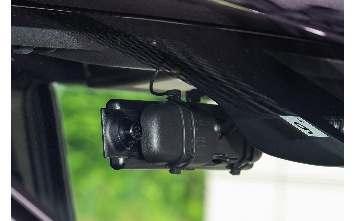 カメラが右側にあることで、ミラー角度の自由度が向上している。