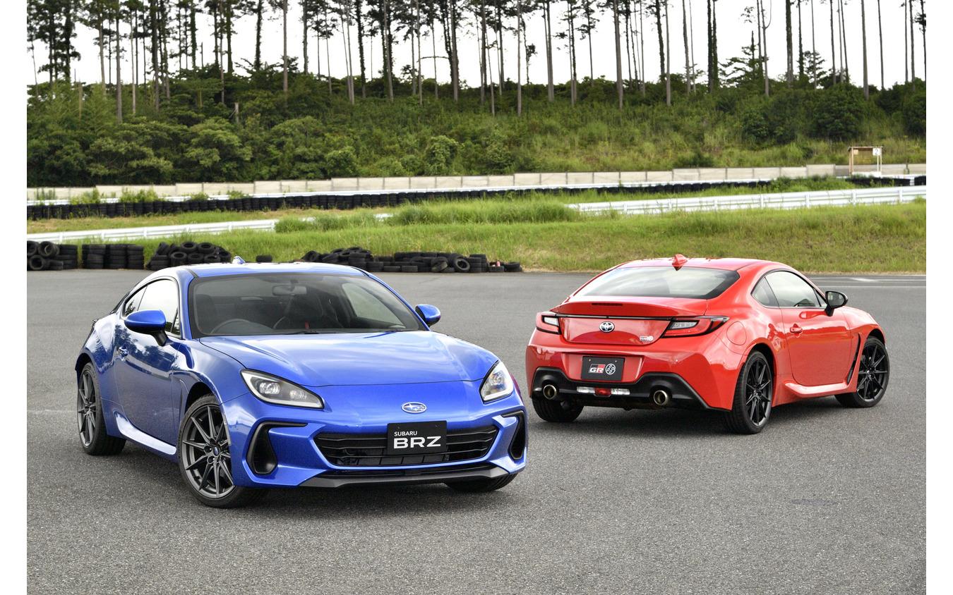 スバル BRZ 新型(青)とトヨタGR 86(赤)