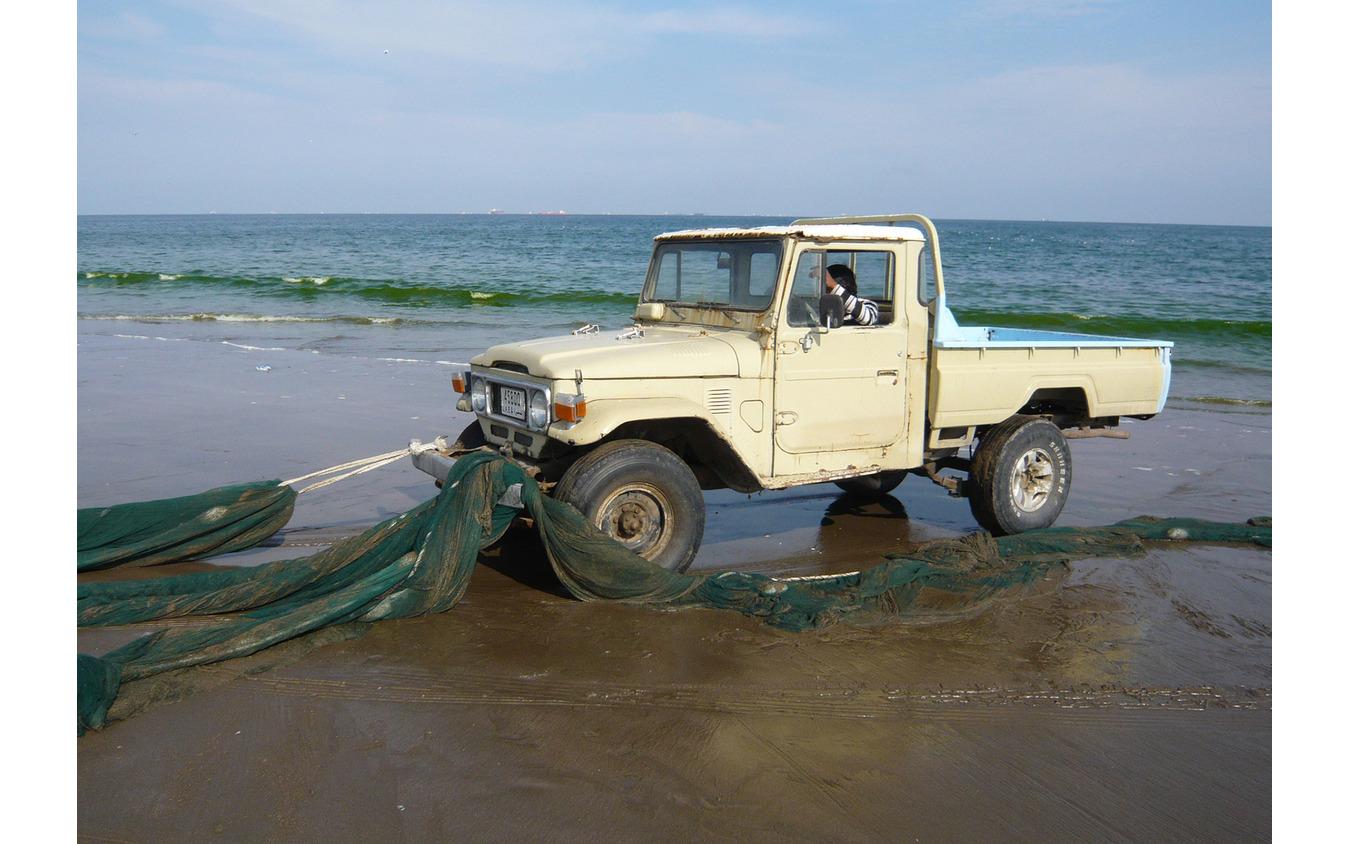 今もUAEの漁村で活躍するトヨタ ランドクルーザー 40系