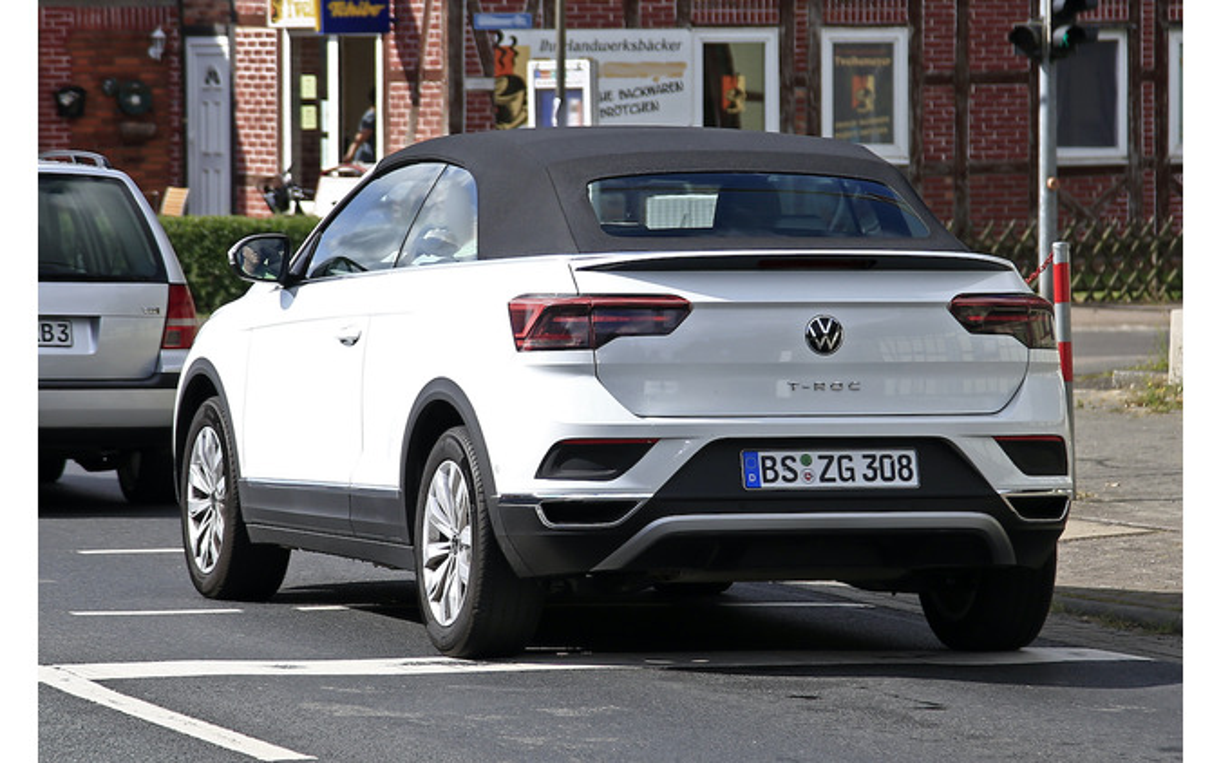 VW T-Rocカブリオレ 改良新型プロトタイプ(スクープ写真)