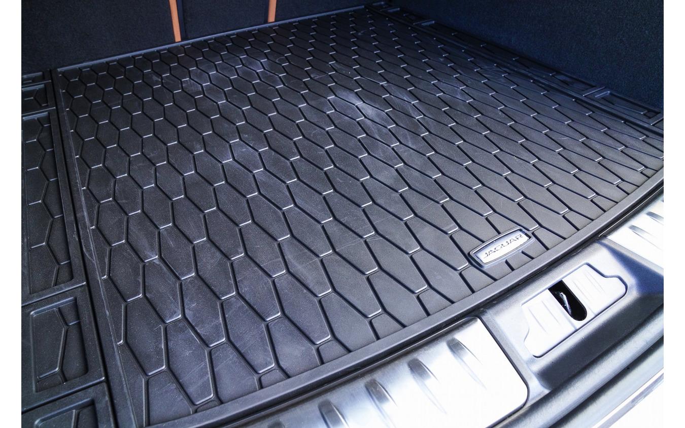 軽量で耐久性に優れるロ―ドスペースラバーマット。簡単に取り外して掃除することが出来るため、マリンスポーツなどのアウトドアにも最適だ