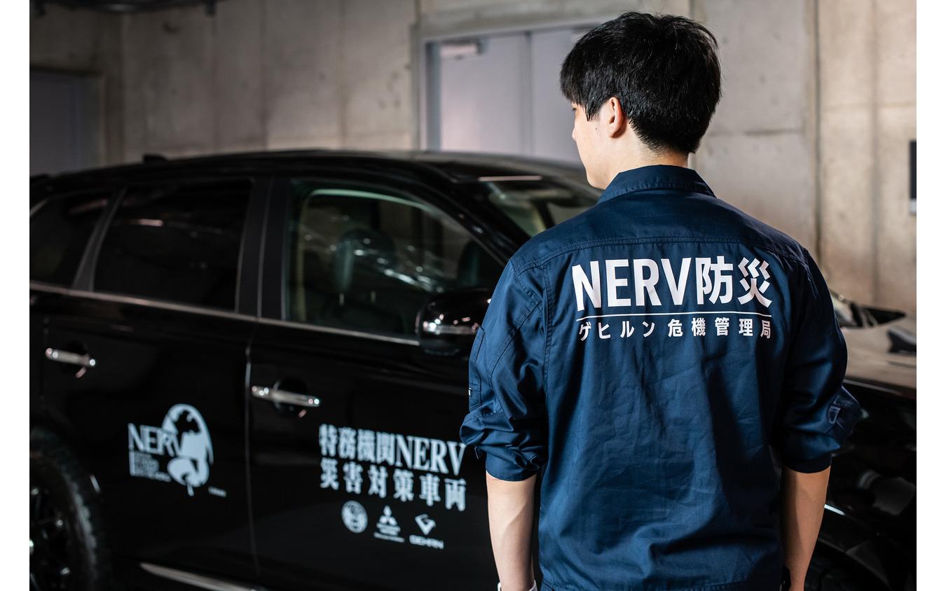 石森大貴代表取締役が着るつなぎの背中には「NERV防災 ゲヒルン危機管理局」の文字が