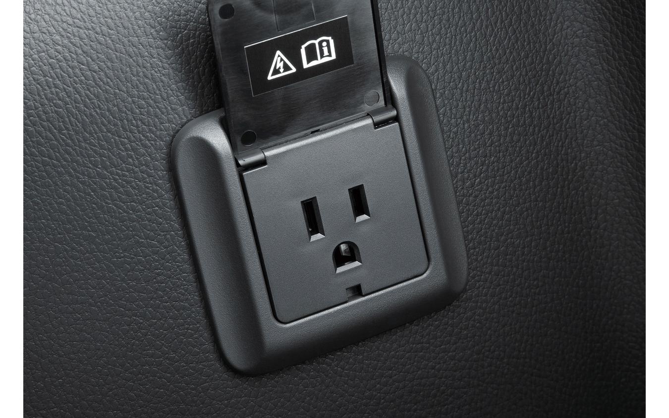 車内に備わるAC1500Wのコンセント。家電の使用も可能だ。(写真は三菱のPHEV)