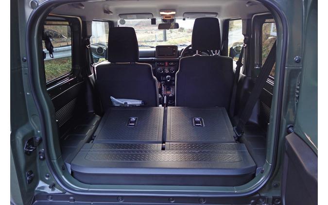 後席を倒すとカーゴスペースは意外や意外なほどに使える空間となる。ボディ側面ギリギリまで荷物を詰め込むことが可能。