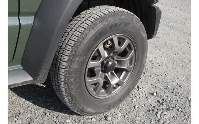 標準装着タイヤは195/80R15サイズのブリヂストン「デューラーH/T 684II」。ホイール径は軽自動車版の16インチに対して15インチ。オフロードではクッションの丈の高さが生きる。