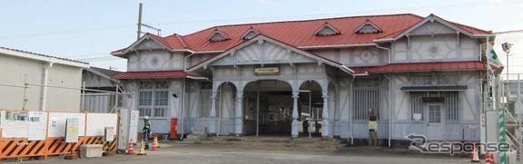 南海本線の浜寺公園駅。現在の駅舎は109年前に建てられたものだが、1月27日限りで閉鎖して仮駅舎(左)に切り替わる。